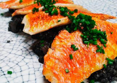 Lomos salmonete con guiso de calamar y quinoa en su tinta